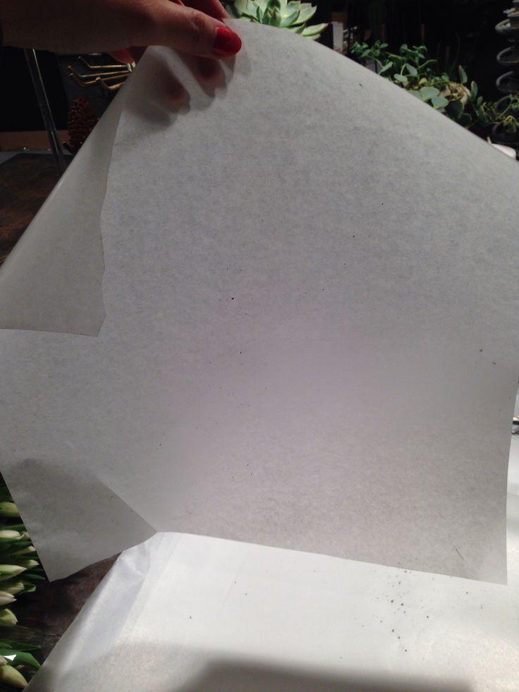 Først klipper jeg papir til å pakke