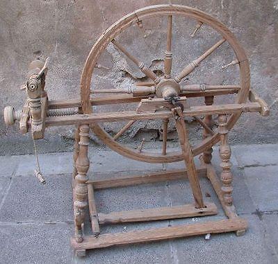 Altes-Spinnrad-aus-Holz