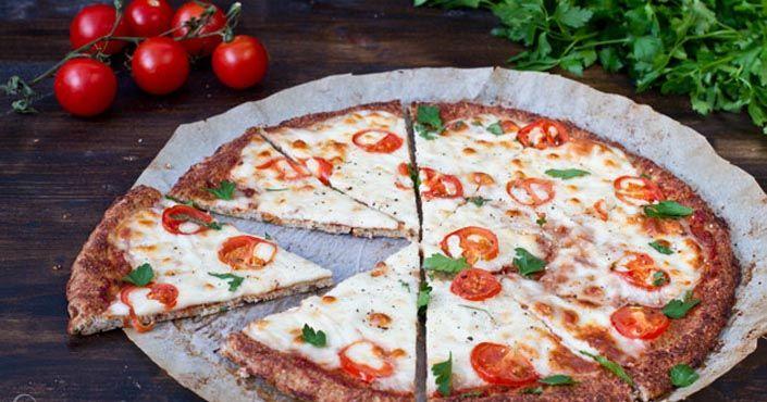 Recept na bezlepkovú pizzu margherita s karfiolovým cestom by nemal uniknúť vašej pozornosti. Bezlepková pizza margherita, bez múky, karfiol, nápad, postup