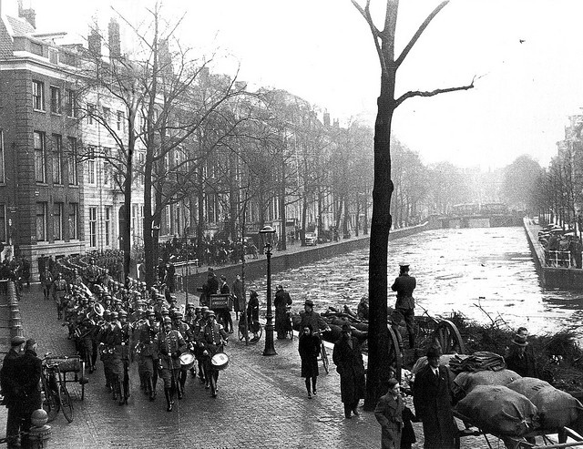 """1941. During the German occupation of Netherlands the Germans established the Ordnungspolizei, often called the Grüne Polizei because of their green uniforms. In the photo: the """"Grüne Polizei"""" marching along the Herengracht in Amsterdam around 1941. #amsterdam #worldwar2"""