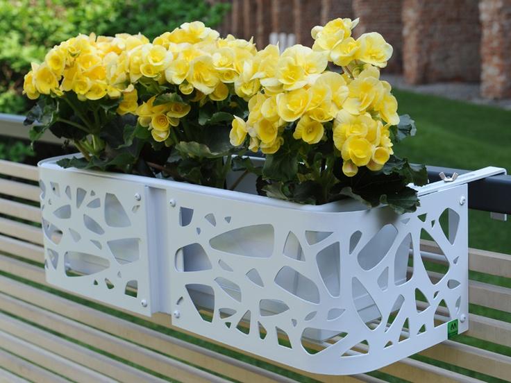 Fioriera da balcone/terrazzo in acciaio inox satinato o metallo verniciato traforato o pieno.    Planter for balcony/terrace, in brushed stainless steel or painted metal, perforated or solid.