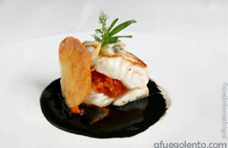 Skrei o bacalao relleno de compota de tomate, con berberechos, sobre salsa de tinta de chipirón