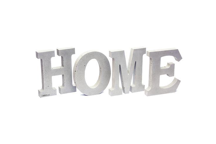 Napis HOME z betonu