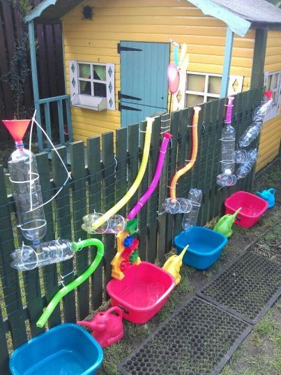 Spielidee für den Sommer: Wasserbahn am Gartenzaun. Da werden die Kinder  ganz sicher Spaß