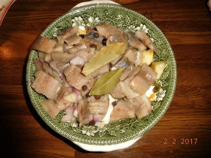 """Matjes """"meine Art"""" mit Pellkartoffeln ( Matjes ist ein jungfräulicher Hering, d.h. der noch nicht gelaicht hat) Zutaten: 4 Stück Doppelhälften Matjes 4 Doppelhälften, 250 g Sauerrahm, etwas Milch, 1 Apfel , 1 hartgekochtes Ei, 1 Zwiebel, 2 Schalotten-Zwiebeln, 1 Cornichon , Kapern, 2 Lorbeerblätter, Pimentkörner"""