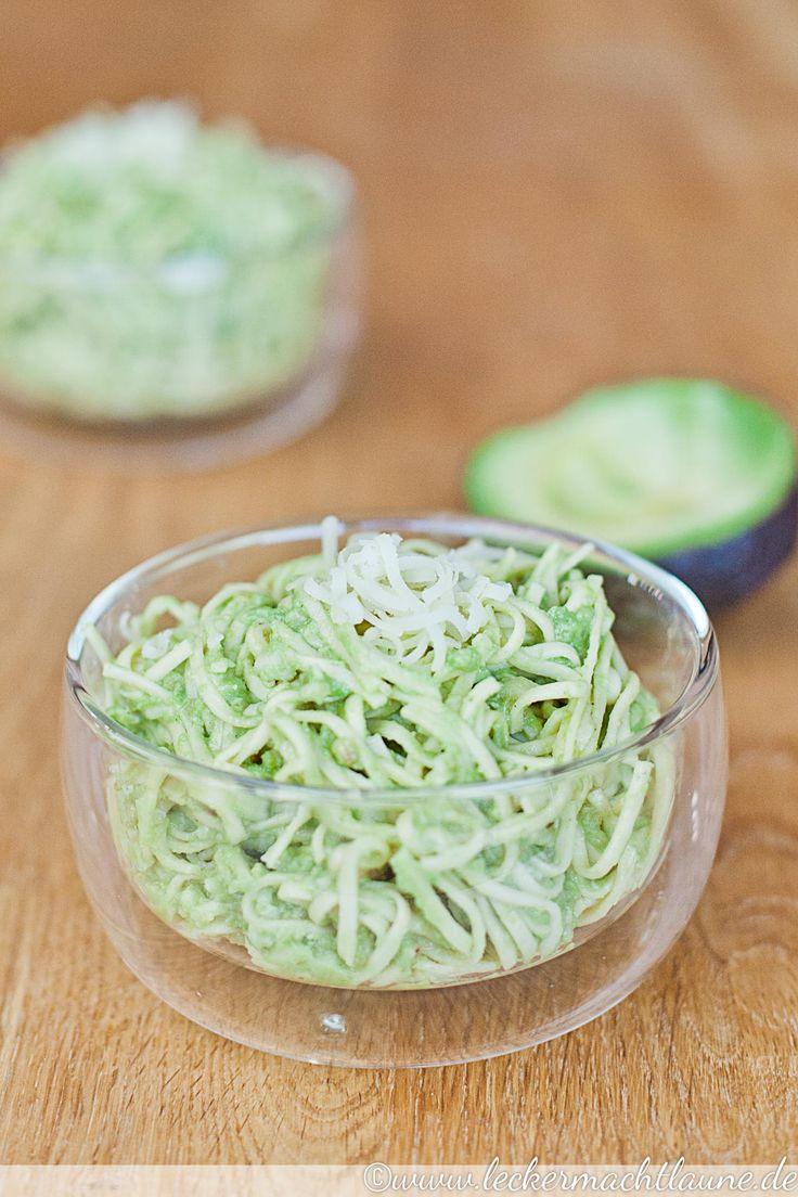 Avocado-Pesto ist leicht zuzubereiten, variabel einsetzbar und furchtbar lecker. :)