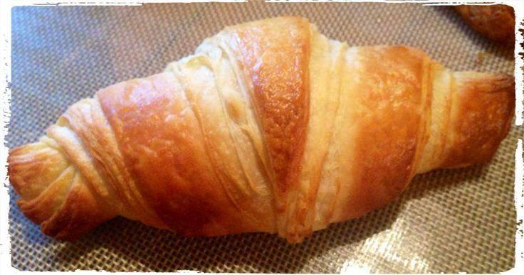 Après plusieurs essais, j'ai enfin trouvé la recette de croissants! Ceux que l'on trouve chez les boulangers grâce à la recette du grand pâtissier Christophe Felder. Au passage, son livre est une véritable mine d'or!! Et un matin qui commence avec un...