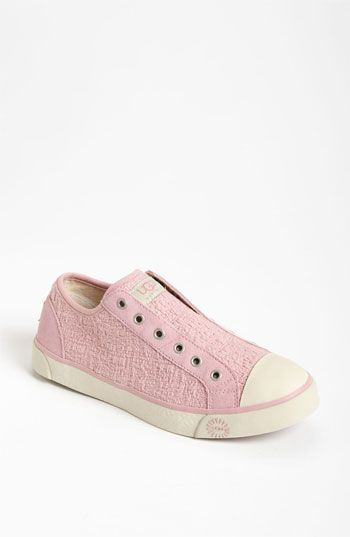 mmmmmm.....want these UGG sneakers with the yummy shearling lining!  Super into these!!!
