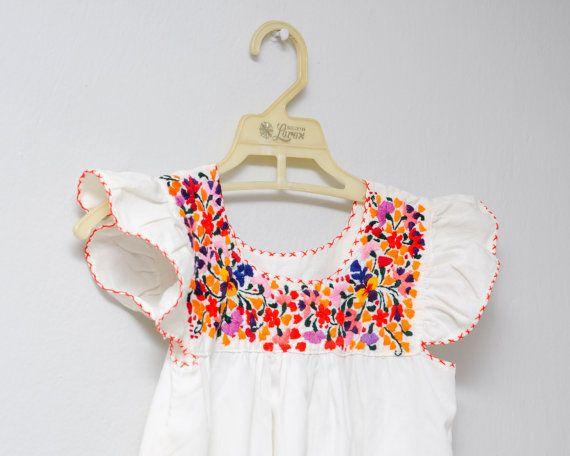 Vestido mexicano vintage bordado a mano. Para bebé o niña. Bordado de flores sobre tela de algodón blanco. Este vestido tenía un par de manchas de óxido que pude eliminar casi completamente lavándolo. Tal vez salgan totalmente con posteriores lavadas.