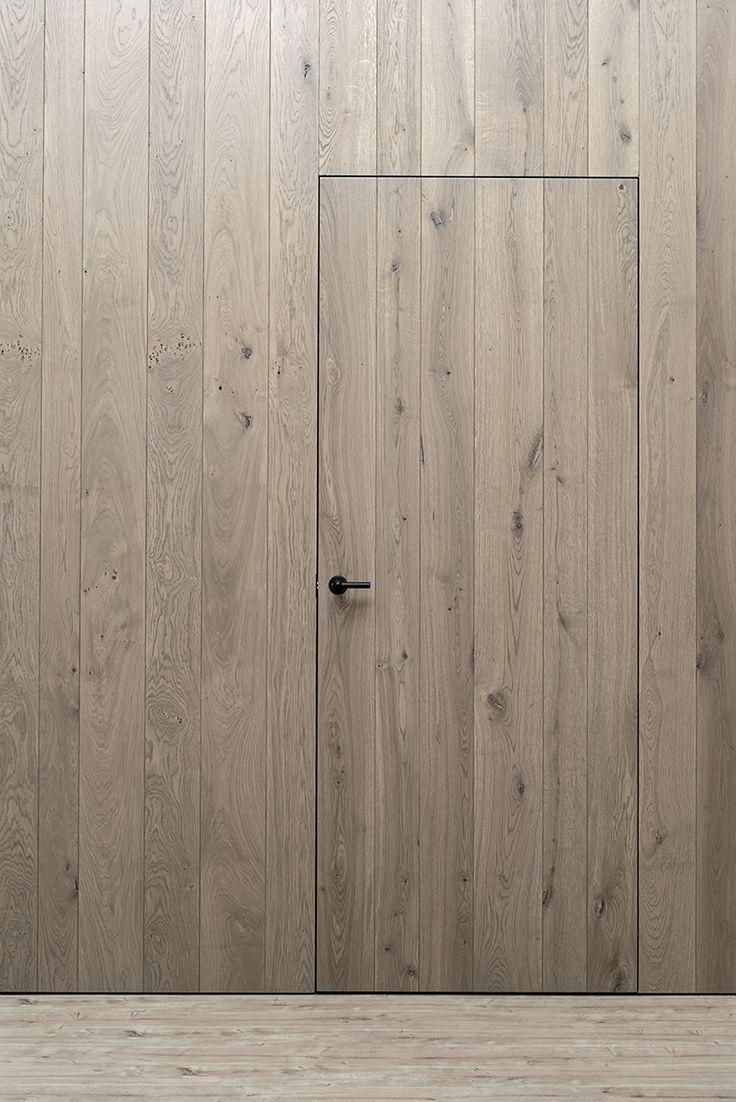 Porte invisible rustique avec planchettes verticales
