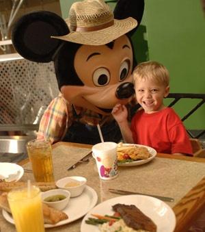 Comendo com o Mickey