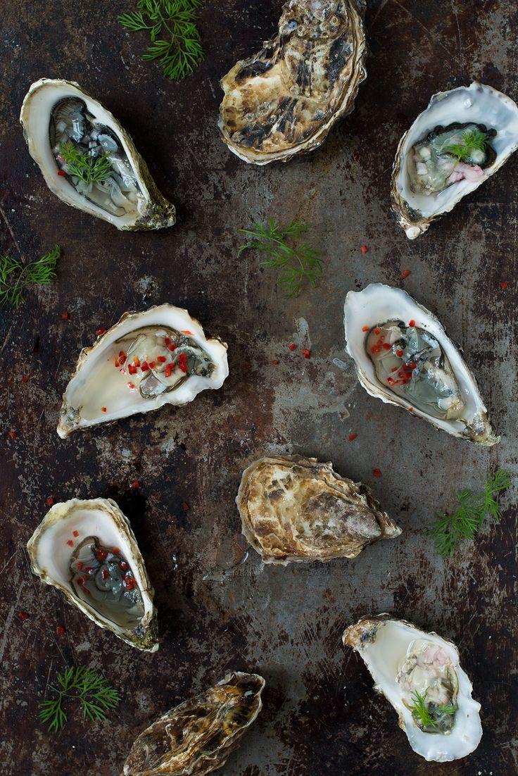 Det behøver ikke være svært at spise østers derhjemme. Her er to opskrifter på topping til østers, som du nemt kan lave selv.
