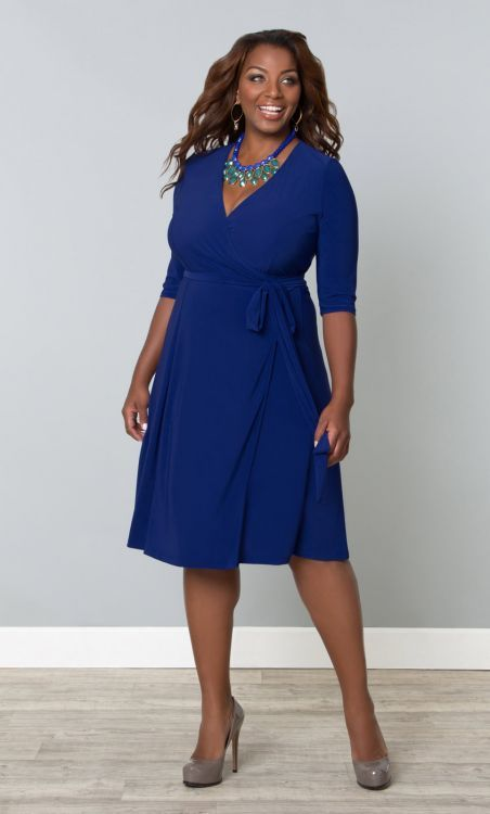 Robe portefeuille d'un très joli bleu électrique, de la marque américaine Kiyonna. Robe fluide et stretch, qui s'adapte facilement à toutes les morphologies, et qui saura mettre en valeur votre décolleté. Que dire de plus, à part qu'elle est actuellement à -60%...