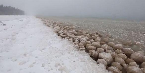 Le lac Michigan a fabriqué des grosses boules de glace !