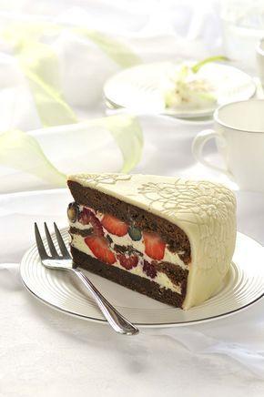 Čokoládový dort spěnou zbílé čokolády aslesním ovocem