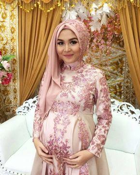 Inspirasi kebaya ibu hamil @gebrinaa  Makeup hijab by @muziprofesionalmakeup  Siapa yang suka   Yuuk di tag ke pasangan atau sahabat kamu.  Jangan lupa share foto ootd kebaya kalian di @kebayareferensi, dan follow @kebayareferensi untuk mendapatkan inspirasi lainnya