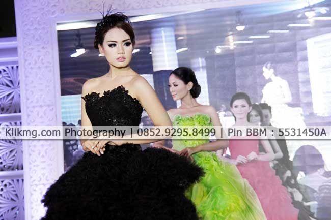 Peragaan Busana Gaun Pengantin Warna Warni pada Wedding Expo 2015 di Banyumas - 3   Foto oleh KLIKMG Fotografer Indonesia