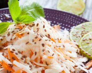 Valse de râpés drainants radis noir, chou blanc et carottes au sésame : http://www.fourchette-et-bikini.fr/recettes/recettes-minceur/valse-de-rapes-drainants-radis-noir-chou-blanc-et-carottes-au-sesame.html