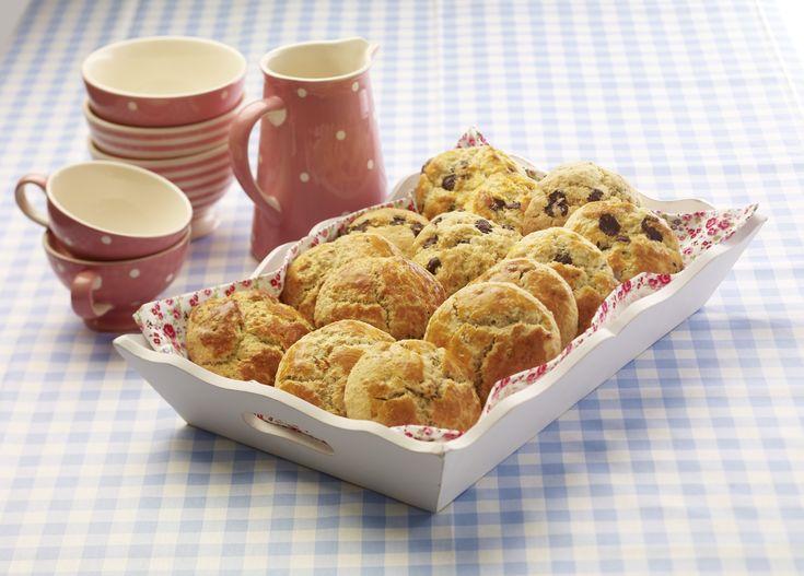 Scones med appelsin- og sitronskall er bakt av grovt og fint mel, valnøtter og tørket frukt. De er enkle, og smaker godt til kaffen eller lunsj i helgen.