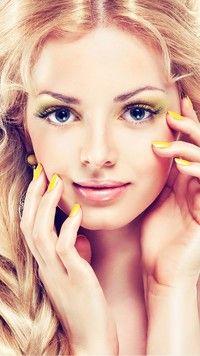 Piękny makijaż i żółte pazurki