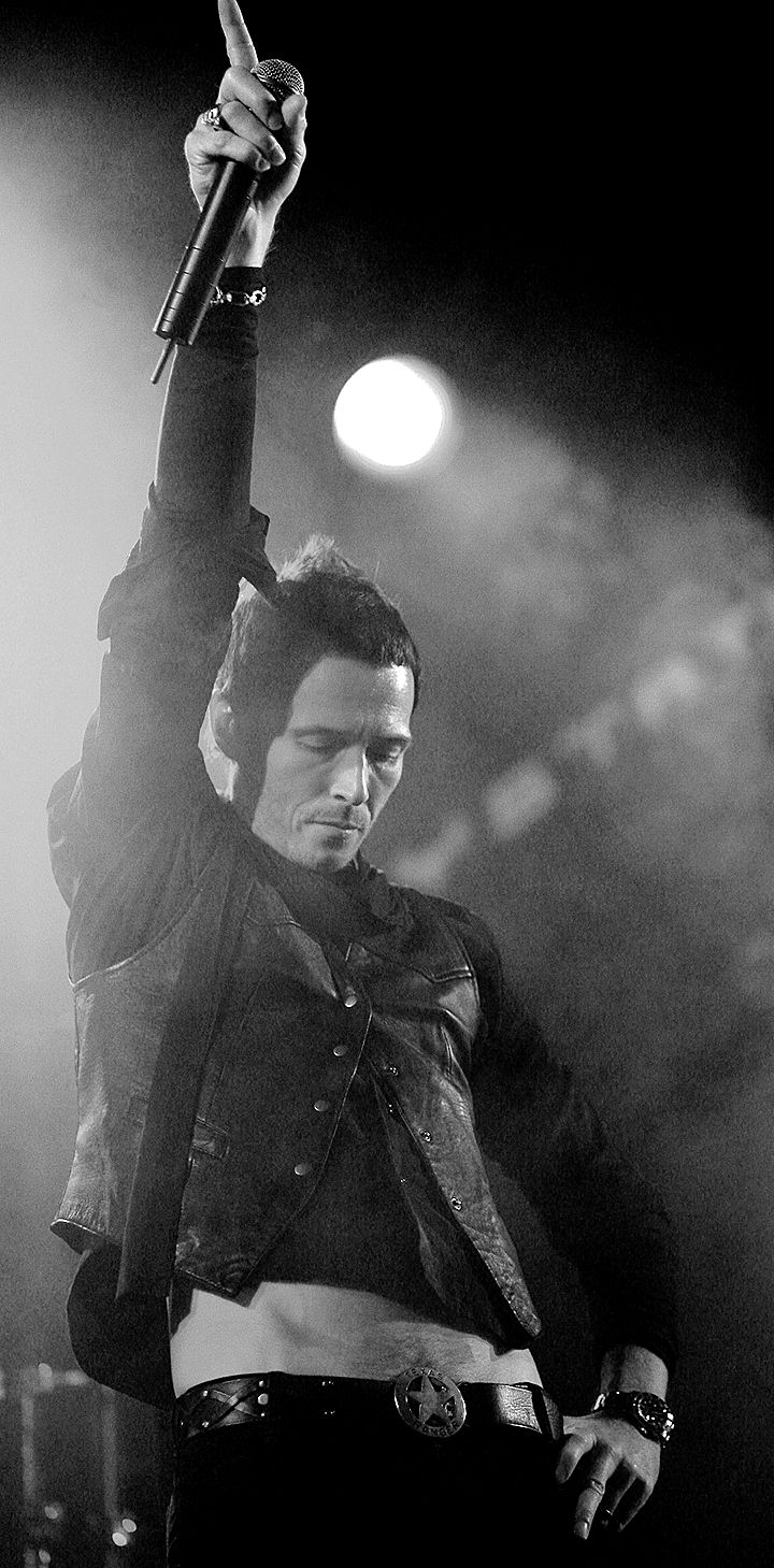 Scott Weiland performs with Camp Freddy in West Hollywood, California, United States. Photo by Chris Polk, 2006.