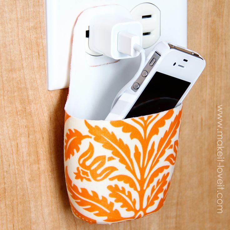 Recorte um frasco de shampoo ou sabonete bem fofo e faça um porta celular para dependurar na tomada.