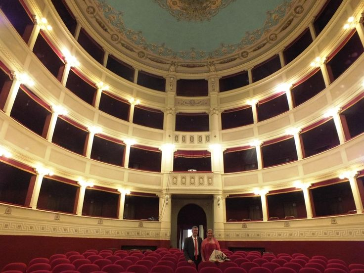 Cortona, wedding photos in its beautifulTeatro Signorelli