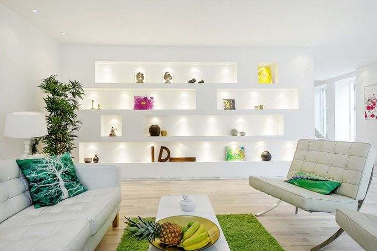 salon contemporain blanc avec éclairage indirect et canapé blanc en cuir
