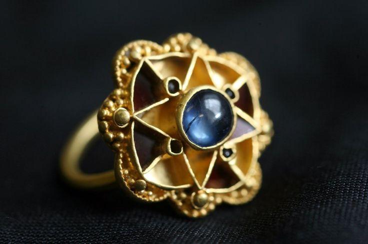 Experten rätseln über die Herkunft dieses mysteriösen Saphir-Rings: Es ist der zweitälteste bekannte Saphir Großbritanniens. Ein Schatzsucher hatte den Ring 2009 mit einem Metalldetektor auf einem Feld in der Nähe von York entdeckt.