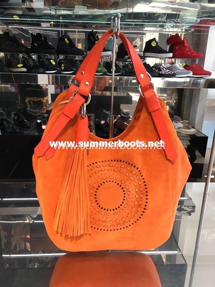 Итальянская сумка замшевая   Итальянская сумка-торба из натуральной замши оранжевогоцвета, с кожаными ручками, декорирована перфора