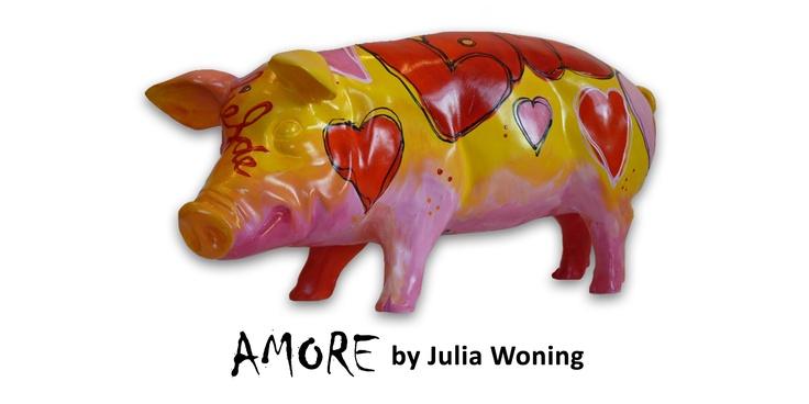 Artpig Amore.  Een varken in het teken der liefde, met de kleuren rood, geel en roze straalt de warmte ervan af! Een ideaal cadeau voor jouw geliefde. Ook wederom heeft Julia Woning bij dit varken laten zien dat ze van alle markten thuis is!