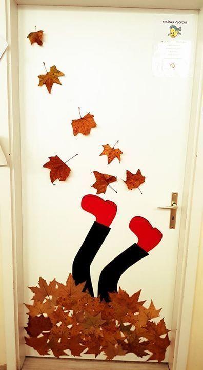 Laub an der Tür mit Kindern, die im Herbst basteln