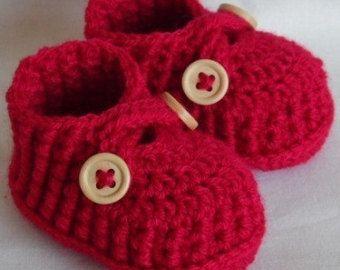девочка обувает ботинки младенца вязание крючком обувь крючком Детские пинетки девочки вязаные пинетки крючком выбрать цвет