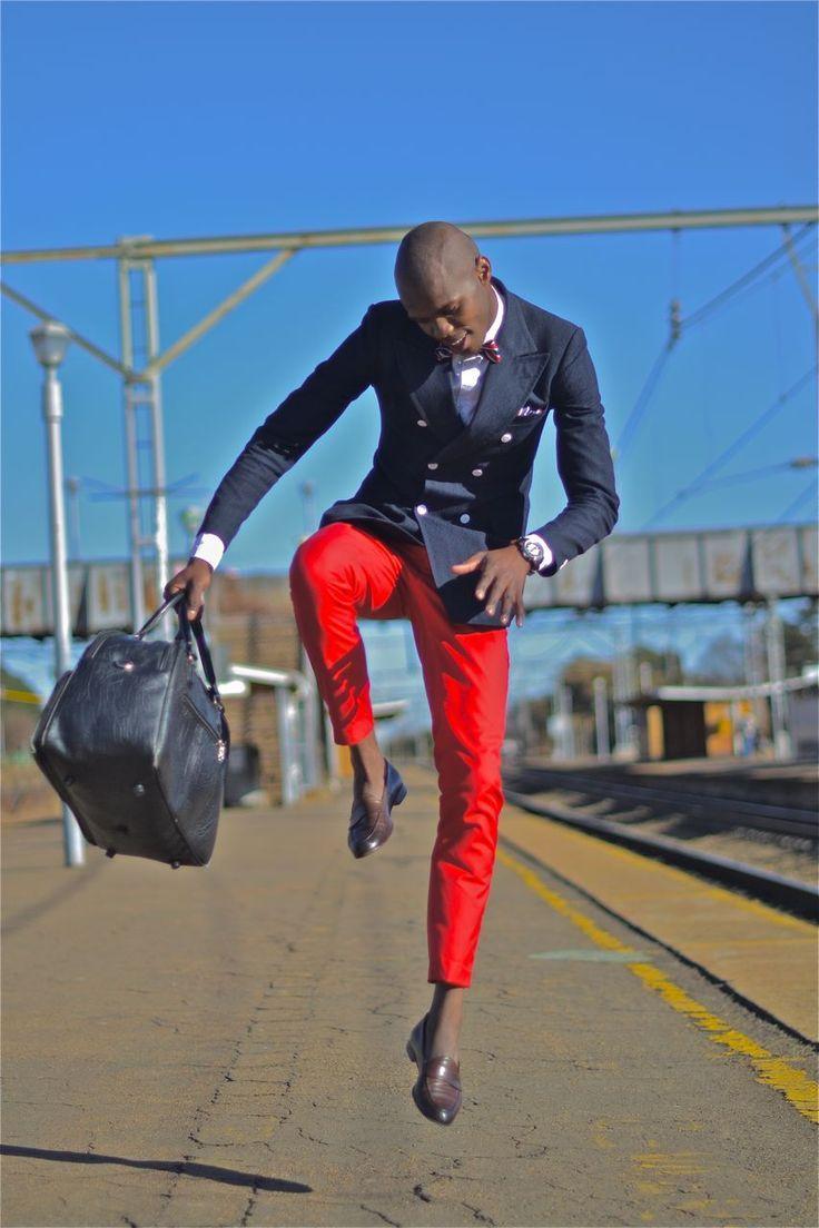 Comprar ropa de este look: https://lookastic.es/moda-hombre/looks/blazer-cruzado-camisa-de-manga-larga-pantalon-chino-mocasin-bolsa-de-viaje-corbatin/7031   — Mocasín de Cuero Marrón Oscuro  — Bolsa de Viaje de Cuero Azul Marino  — Pantalón Chino Rojo  — Camisa de Manga Larga Blanca  — Blazer Cruzado Azul Marino  — Corbatín de Tartán Rojo