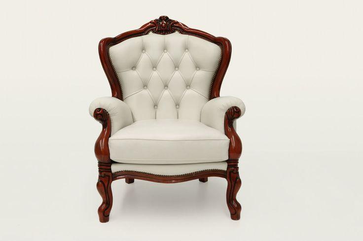 Poltrona classica in pelle bianca e legno a vista color ciliegio