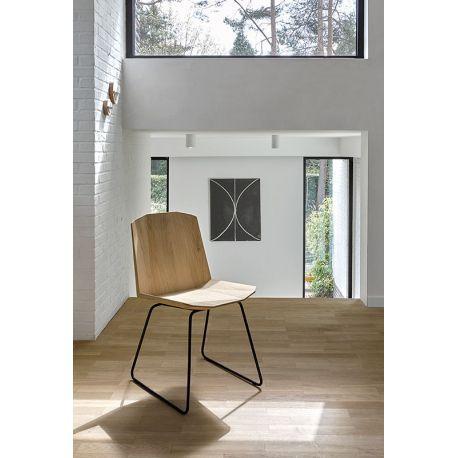 Chaise Facette #Ethnicraft : Chaise en chêne massif et pied métal @UniversoPositiv chez Pure Deco
