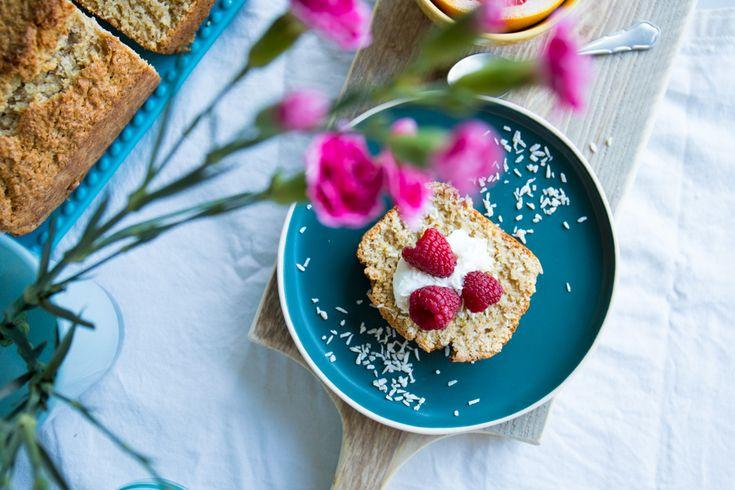 Pasen betekent voor mij de viering van de lente. Met zoete kokos en frisse limoen verras je iedereen tijdens de paasbrunch met deze kokos limoencake.