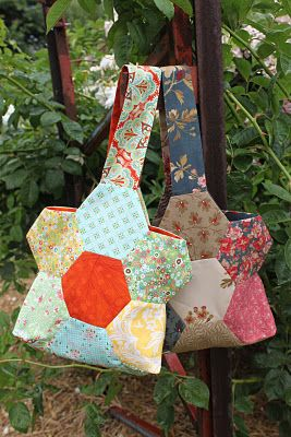 hexagon flower bag. there are some hexagons i've been itching to buy at joann's but didn't have anything to make - now i have an excuse :)