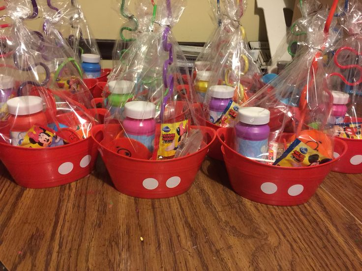 Those little buckets for 5 for 1$ at the dollar tree and I added those white stickers to be mickeys pants lol for the kids goodie bags!