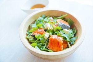 楽天が運営する楽天レシピ。ユーザーさんが投稿した「彩り豊かでヘルシー 鮭と春菊のスタミナサラダ」のレシピページです。鮭の赤色色素のアスタキサンチンと春菊の緑色色素のクロロフィルは肥満予防に効果抜群です!。サーモンサラダ、ヘルシーサラダ。鮭,ルッコラ,春菊(葉の部分),クリームチーズ,にんにく,ごま油,食塩,黒コショウ,レモン汁,ごま油