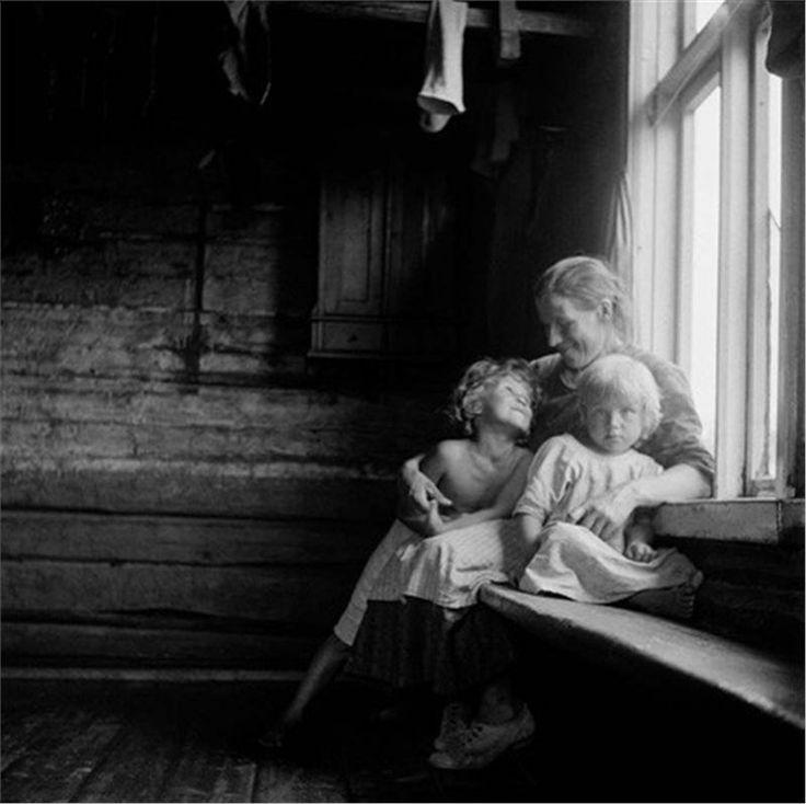 Pienviljelijan suurperhe (Farmer's Family), Sotkamo 1933,   photo by Eino Mäkinen.  I see the beauty of love here.