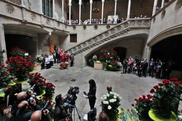 Benedicció de les roses aquest matí al Palau de la Generalitat amb motiu de  #SantJordibcn