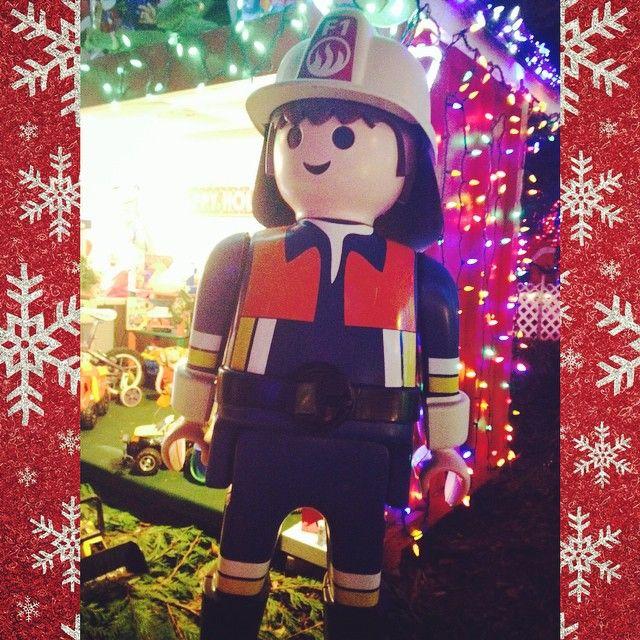 Playmobil me arranca sorrisos gratuitos desde me que entendo por gente, imagine de bombeiro então...rs! #playmobil #fireman #classictoys #brightnightsinstanleypark #christmaslights #stanleypark #vancouver #canada