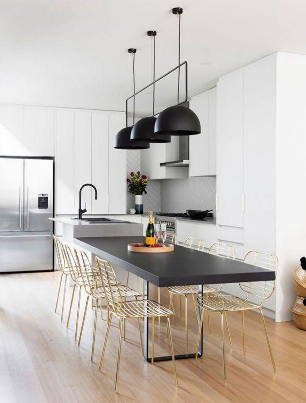 Χρησιμοποιώντας τα απλά χρώματα του άσπρου, χρυσού και μαύρου μαζί με ποικίλα μοντέρνα διακοσμητικά στοιχεία  η Αυστραλιανή αρχιτεκτονική εταιρεία GIA RENOVATIONS ολοκλήρωσε μία φωτεινή και σύγχρονη κουζίνα. Ενώ τα λευκά ντουλάπια της κουζίνας φωτίζουν το δωμάτιο οι ματ μαύρες λεπτομέρειες το μετατρέπουν σε μοντέρνο και μοναδικό.
