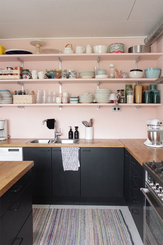 Pale pink and black kitchen?! Do you love it?