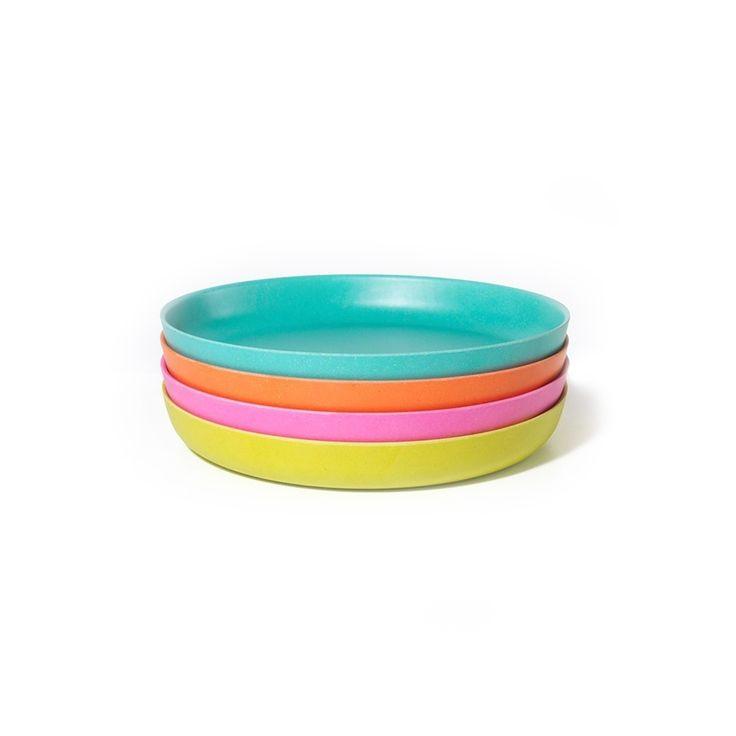 Cet ensemble de petites assiettes Bambino BIOBU [by EKOBO] inclut 4 assiettes de couleurs si joyeuses qu'elles sont sûres de ravir enfants autant qu'adultes. Écologiques, empilables et lavables au lave-vaisselle, elles sont idéales pour un usage à l'intérieur ou en terrasse. Glissez-les même dans vos sacs de plage ou paniers à pique-nique pour une sortie! Mélangez et assortissez vos assiettes avec les autres produits de la collection, qui inclut des ensembles de bols, verres, et couverts. €…