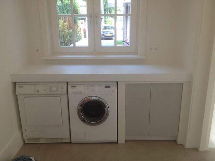 Nog in washok: opvouwtafel, plek voor wasmiddel, prullenbakje, stang om kleding hangend te drogen, kleur op muur, plek voor droogrek en strijkplank