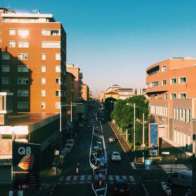 Buonasera a tutti! Oggi Bologna è stata nuovamente baciata dal sole. Qui potete vedere una visuale su via Mazzini dalla stazione di Pontevecchio nelle prime ore mattutine. Riuscite a riconoscere le Due Torri in lontananza?