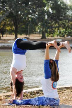 1 - Box: Mantendo o alinhamento do corpo, base e voador sobem juntos no contrapeso para aquecer a região do abdome (core energético), trabalhando confiança e firmeza corporal.  (Zuleika de Souza/CB/D.A Press)