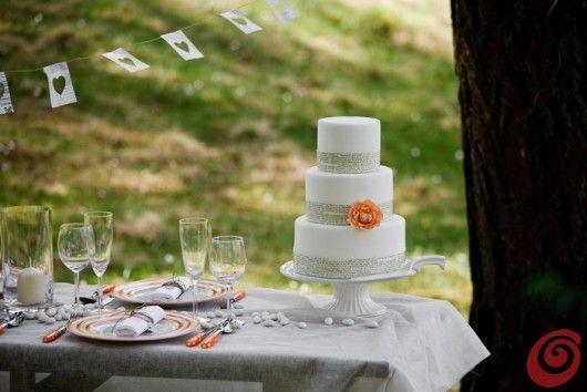 La tavola decorata per il matrimonio in arancio vintage wood wedding late summer orange pink paper flowers laces